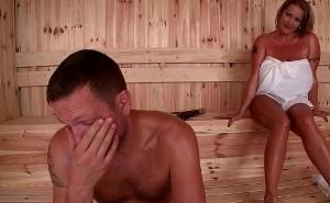 Coincide en la sauna con una milf tetona muy guarra