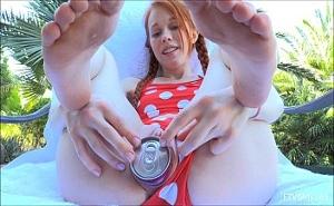 Pequeña pelirroja se mete una lata de refresco en el coño