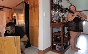 Pilla a un ladrón robando en su casa y se aprovecha de él