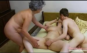 Abuela viciosa pilla a su nieta follando y se une a ellos