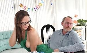 Sexo con una joven ninfómana para celebrar su cumpleaños