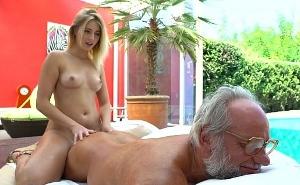 Viejo millonario empieza el día recibiendo un masaje sexual