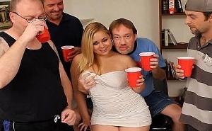 Unos cubatas y acaba chupándosela a todos en la fiesta