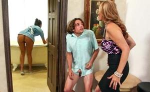 Pilló al salido de su hijo espiando a la joven sirvienta