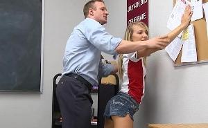 Inocente jovencita castigada en el aula por su profesor