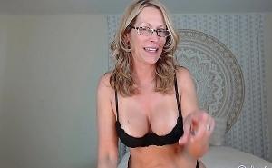 Se exhibe desnuda y se masturba con un consolador en directo