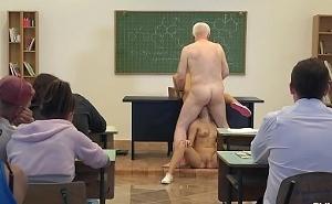 Dos alumnas muy traviesas acosan al profesor en el aula