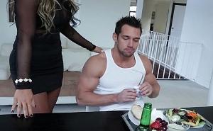 Termina rápido de comer que hoy quiero ser tu postre