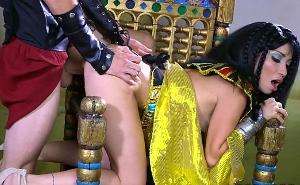 La reina Cleopatra seduce y folla duro con un soldado