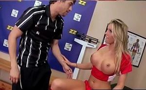 Tiene sexo con el árbitro en los vestuarios antes del partido