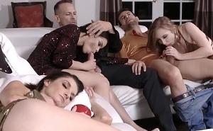 Chicas muy borrachas celebran nochevieja follando a lo loco