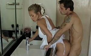El día de su boda acaba en el baño follando con un invitado