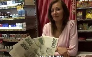Le ofrece dinero a la dependienta a cambio de un polvo rápido