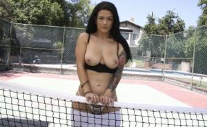 A Katrina Jade se le da mucho mejor follar que el tenis