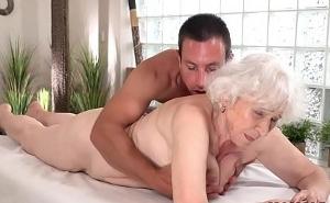 Vieja sorprendida sexualmente por su joven masajista