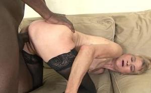 Abuela cachonda tiene sexo anal con un chico negro