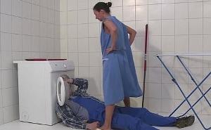 Ama de casa alemana se tira de manera salvaje al fontanero