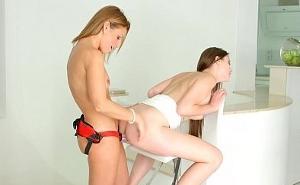 Chicas muy guapas se penetran con ayuda de un arnés