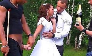 Después de la boda tiene un gangbang con varios invitados