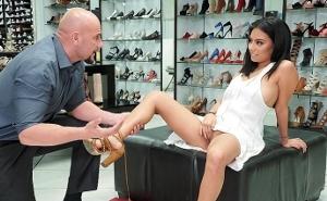 Fue a comprar zapatos y acabó recibiendo una gran follada