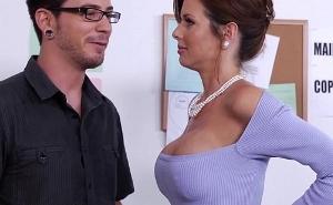 La jefa le quita la timidez a su nuevo empleado con un polvazo