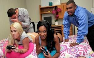 Intercambian a sus hermanas mientras ellas juegan a la consola