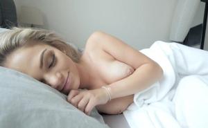 Mi novia duerme desnuda para follar nada más despertarse