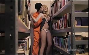 Un preso abusa sin compasión de la pobre bibliotecaria