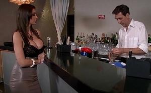 Folla con un camarero en el reservado de la discoteca