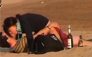 Acaban la fiesta follando muy borrachos en la playa