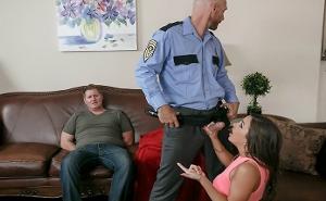 Un policía se folla a una zorrita delante de su novio detenido