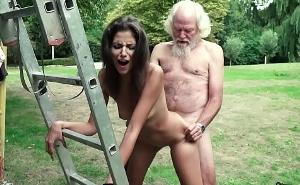 Le hago una visita a mi viejo vecino en busca de un polvete