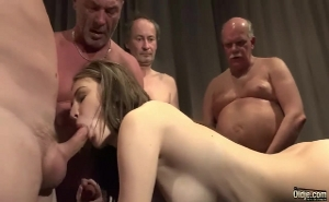 Jovencita ninfómana sorprende sexualmente a varios viejos