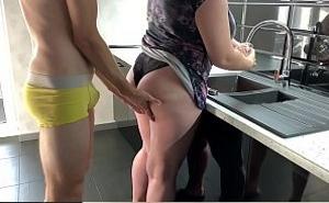Le quita el tanga y la penetra mientras ella lava los platos