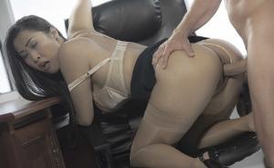 Le quita el calentón a la secretaria con un buen meneo
