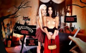 Celebra halloween en un trío con dos lindas golfillas