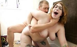Mi mejor amigo me pilla en el baño con mis consoladores