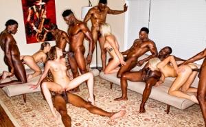 Las más putas de la fiesta acaban en una orgía interracial