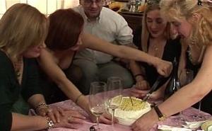 Celebra los 50 años haciendo una gran orgía con amigos