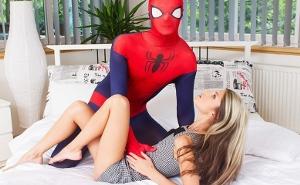 Jovencita tiene sexo POV con su héroe Spiderman