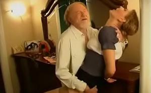 Viejo se queda a solas con una joven alemana y le mete mano