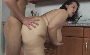 Ama de casa gorda tiene sexo con su amante en la cocina
