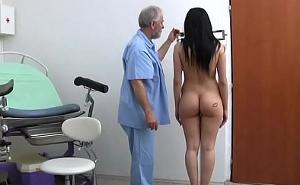 Chequeo extremo en el ginecólogo a una morena con tetazas