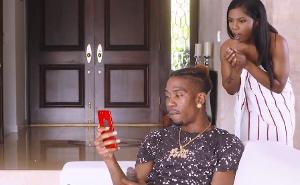 Pilla al hermano viendo un vídeo de ella desnuda en la ducha
