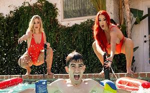 Jordi ENP es rescatado de la piscina por dos macizorras