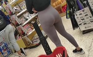Un lindo culito lo sorprende en la cola del supermercado