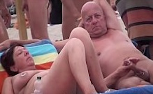 Parejas y matrimonios liberales follando en la playa