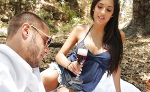 Una pareja tiene un picnic de lo más romántico en el bosque