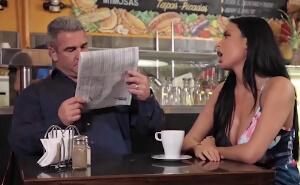 Folla con un desconocido mientras su marido lee el periódico