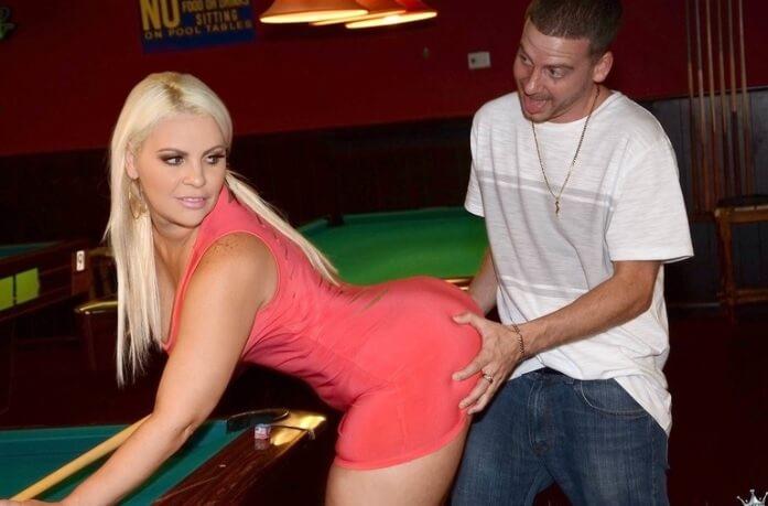 La partida de billar termina con sexo intenso sobre la mesa